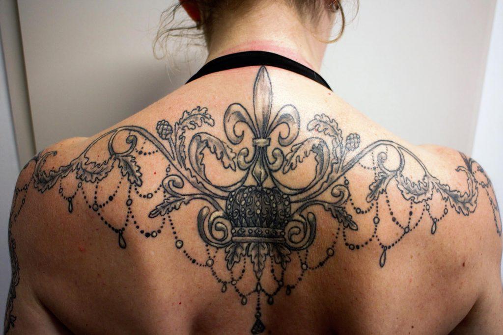 Cosmopolitan Tattoo - Création tatouage baroque, dos féminin, noir et blanc, fleur de lys et ...